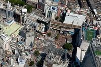 東京都 人混みの渋谷駅前のスクランブル交差点