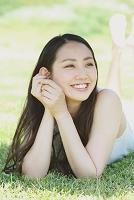 芝生に寝ころぶ日本人女性