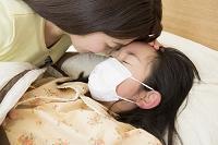 子供の看病をする母親