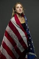 アメリカ国旗を被る女性