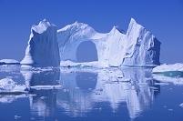 デンマーク イルリサット氷河の巨大アーチの氷山