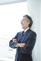 腕組みをする笑顔のビジネスマン