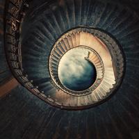 螺旋階段を下りる女性