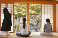 座禅体験をする日本人女性