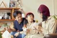カフェでランチを食べる日本人親子