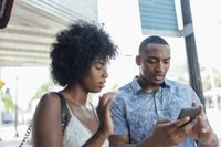 スマートフォンを見る外国人カップル
