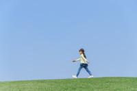 芝生の上を歩く女の子