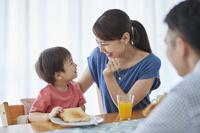 朝食を食べる日本人家族