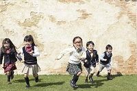 芝の上を走る子供達