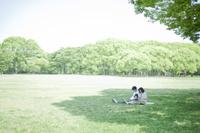 公園でピクニックする日本人家族