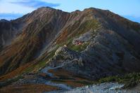 山梨県 北岳稜線から望む間ノ岳と北岳山荘