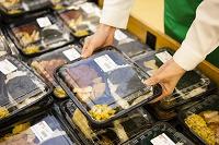 お弁当を並べる日本人女性店員