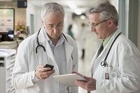 タブレットを見つめる医者