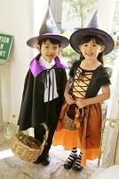 ハロウィンの仮装をして家を訪ねる子供達