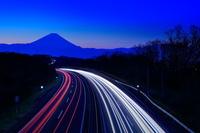 山梨県 夜明けの富士山と中央高速の光跡夜景