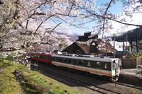 福島県 湯野上温泉駅と桜と列車
