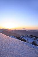 静岡県 春雪の茶臼岳から望む富士山と朝日