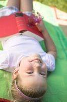 庭で本を読む少女