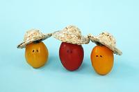 麦わら帽子を被ったかわいい顔のあるミニトマト