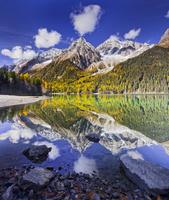 イタリア アンテルセルヴァ 湖に映り込む山