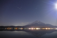 山梨県 月光に輝く夜の富士山と山中湖に映る逆さ富士