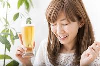 ビールを飲む日本人女性