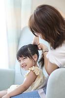 娘の髪を結う母親