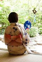 風鈴を見る浴衣の女性