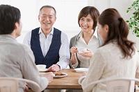 ティータイムを楽しむ日本人家族