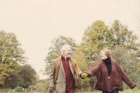 手を繋いで歩く外国人のシニア夫婦