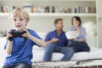 ビデオゲームに夢中の男の子