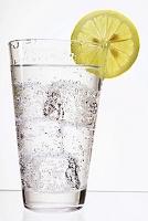 スライスレモンとミネラルウォーター