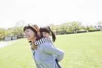 娘をおんぶする母親