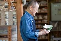 茶碗を見るシニア日本人男性