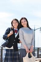 日本人の女子中高生と母親