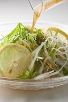大根と水菜のサラダにドレッシング