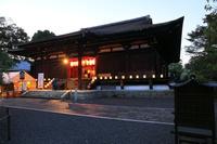 京都府 千本釈迦堂 六道まいりの行灯と国宝本堂