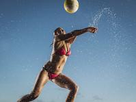ビーチバレーをする女性