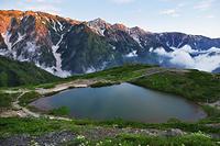 長野県 朝焼けの白馬三山と八方池