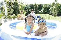 ビニールプールに入る日本人の子供
