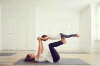 運動をする母と娘