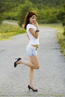 片足を上げる若い外国人女性