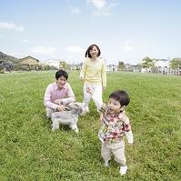 住宅街の公園を散歩する日本人家族