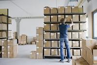倉庫の棚を整理する外国人男性