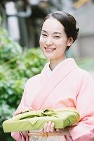 着物姿でお中元を持った日本の女性
