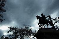 夕闇の中の伊達政宗騎馬像 宮城県仙台市