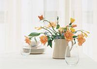 ダイニングテーブルに置かれた花瓶