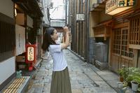 法善寺横丁で写真を撮る女性