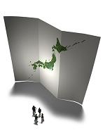 立てられた日本地図と握手するビジネスマン