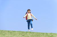 スキップする小学生の女の子